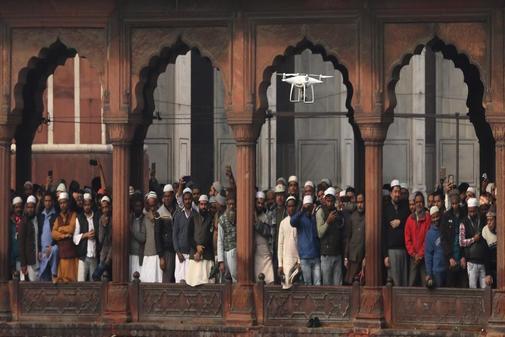 Un dron vigila a varias personas de religión musulmana durante una...