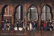 Un dron vigila a varias personas de religión musulmana durante una protesta contra la ley de ciudadanía en el exterior de la mezquita Jama en Nueva Delhi (India).