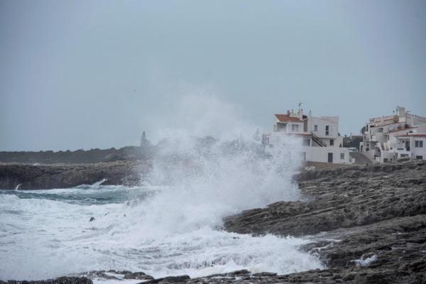 Varias olas rompen en la orilla de la costa de Biniancolla, en la isla...