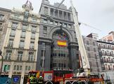 Los bomberos sanean la fachada tras el desprendimiento.