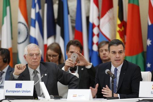 Josep Borrell y Pedro Sánchez, en una reunión del foro Asem...