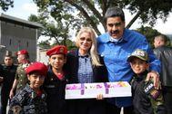 Nicolás Maduro y su esposa, Cilia Flores posan en una conmemoración en Caracas.