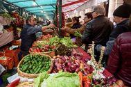 Uno de los puestos con hortalizas en la feria tradicional de Santo Tomás en Bilbao.