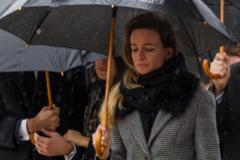 Mercedes Millán, en el entierro de su madre, Mercedes Rajoy Brey, fallecida a causa de un infarto el pasado fin de semana, Detrás, a la derecha, Mariano Rajoy.