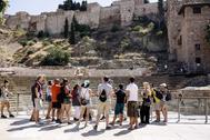 Un grupo de turistas observa la Alcazaba de Málaga en una imagen de archivo.