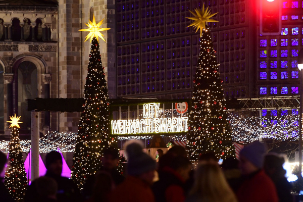 <HIT>Berlin</HIT> (Germany).- People stand in front of the Christmas...