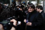 Carles Puigdemont muestra su acreditación como europarlamentario tras la sentencia del Tribunal de Justicia de la UE.