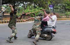 Policías indios apalean y detienen a manifestantes, en Mangalore.