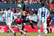 Rubén García  intenta golpear el balón en el partido ante la Real.