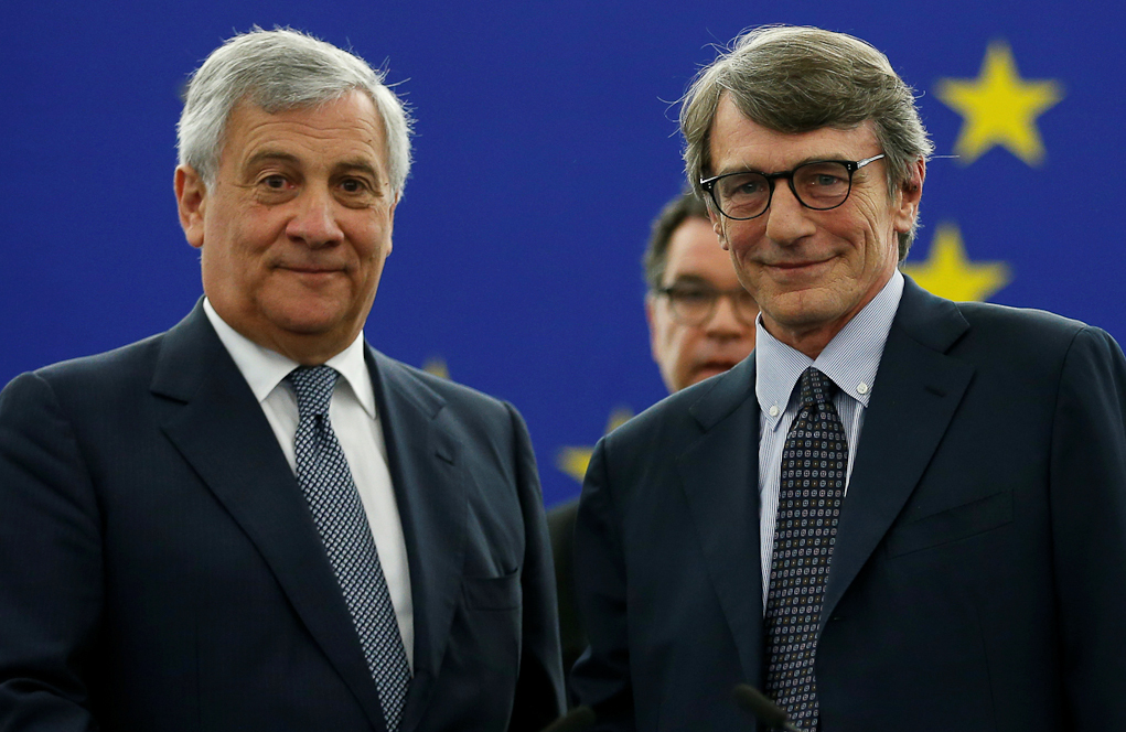 El presidente del Parlamento Europeo, David Sassoli (dcha.), y su...
