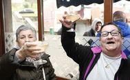 Dos vecinas de Otxarkoaga premiadas con un décimo lo celebran en el bar 'La Amistad'.