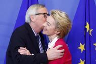 El ex presidente de la Comisión Europea, Jean-Claude Juncker, saluda a su sucesora, Urusla von der Leyen, a principios de diciembre, en Bruselas.