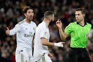 Ramos y Benzema protestan al árbitro una jugada, ante el Athletic.