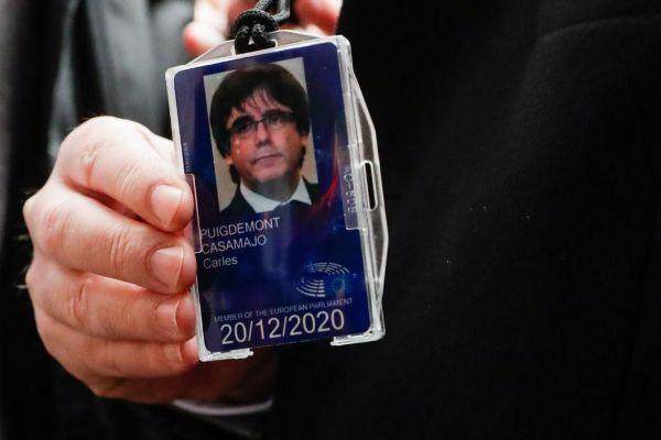 Carles Puigdemont muestra la tarjeta que le acredita provisionalmente...