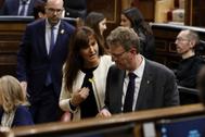 Laura Borrà (JxCat), nueva portavoz del Grupo Plural, charla con un compañero de filas en la sesión constitutiva del Congreso.