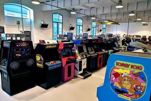La nau del Museu Arcade Vintage amb les màquines recreatives.