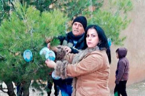 M. Kharmis, la comandante cristiana de los Guardas del Jabur, cuelga fotos de asesinados en Siria.