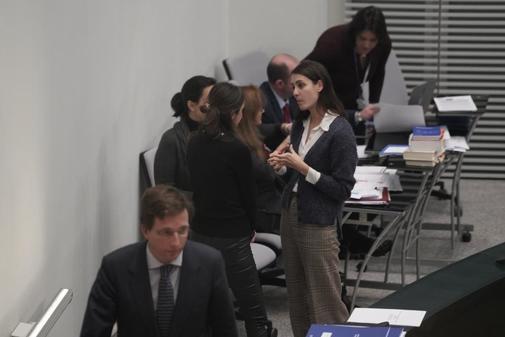 El alcalde, José Luis Martínez-Almeida, pasa ante la improvisada...