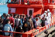 Un grupo de inmigrantes, entre ellos varios menores, llegan al puerto de Algeciras en mayo.