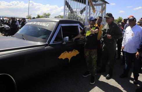 En la imagen, el coche fúnebre con el murciélago que suele conducir Lacava por las carreteras de Carabobo.