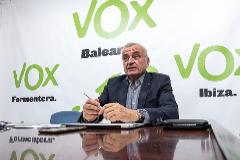 Fulgencio Coll, ayer en la sede palmesana de Vox. ALBERTOVERA