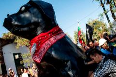 Activistas llevan una escultura del conocido can, en Santiago.