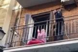 Un policía rescata a una anciana caída en la terraza de su casa, en Madrid.