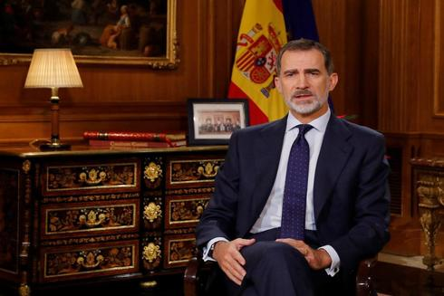 Felipe VI, en su despacho de La Zarzuela durante el discurso de Nochebuena, con un ejemplar de la Constitución al fondo.