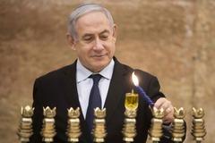 Netanyahu enciende una vela por la festividad de Hanuka, en Jerusalén.