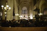 Personas y creyentes de la Catedral de Notre Dame de París se reúnen durante la misa de medianoche de Navidad en la iglesia de Saint Germain l'Auxerrois en París, por primera vez desde 1803 tras el fuego que destruyo el templo.