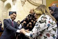 Susana Díaz saluda a Juanma Moreno el 16 de enero de 2019 tras ser investido presidente de la Junta.