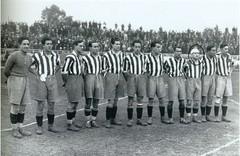 Lecube (3º izda), en una formación del Atlético para un partido en el año 1929.