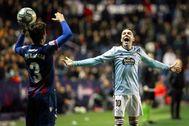 GRAF3703. VALENCIA.- El delantero del Celta <HIT>Iago</HIT> <HIT>Aspas</HIT> (d), durante el partido de Liga en Primera División ante el Levante disputado este domingo en el estadio Ciutat de Valencia.