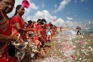 Pétalos al agua en la Bahía de Bengala en recuerdo a las víctimas.