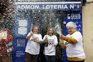 Tres loteras celebran el segundo premio de la Lotería del Niño