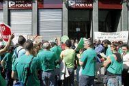 Afectados por la venta del banco Popular, durante un acto de protesta.
