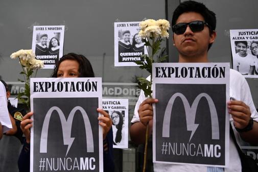 Protesta ante un  restaurante McDonald's cerrado, tras la muerte de...