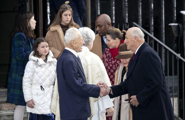 Horas antes del suicidio de Ari Behn, su ex, Marta Luisa, acudía a misa junto a su nueva pareja, Durek Verret, las tres hijas del matrimonio y sus padres, los reyes Harald y Sonia, todos en la imagen.