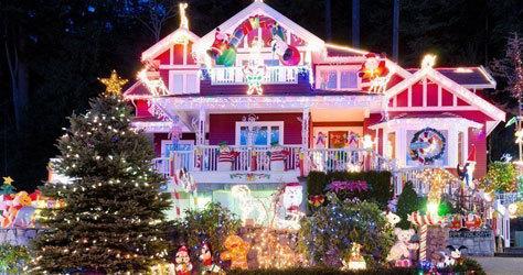 Las casas exhiben todo tipo de iluminación.