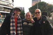 David Fernández, de las CUP (centro), entre Ricky (izqda.)y Albert (dcha.) Gil, fundadores de Brighton 64.