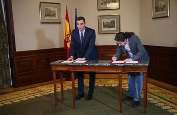 El presidente del Gobierno, Pedro Sánchez, y el líder de Unidas Podemos, Pablo Iglesias, firman su acuerdo de Ejecutivo.