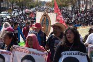 Familiares de los 43 desaparecidos marchan a la Basílica de Guadalupe.