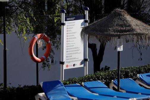 Tumbonas en la piscina donde el hombre y sus dos hijos perdieron la...
