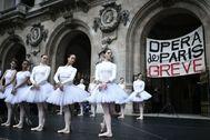 Las bailarinas de la Ópera de París actúan en la puerta del Palais Garnier bajo una pancarta de huelga, el pasado 24 de diciembre.