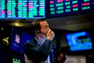 Un corredor de bolsa sigue la sesión de cotización en Wall Street.