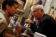 Jordi Peris conversa con el alcalde de Valencia, Joan Ribó, durante un pleno del Ayuntamiento.