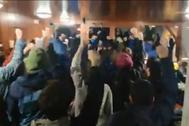 Activistas antidesahucios intentan evitar el desalojo de Livia y Juan desde dentro del edificio, el pasado 20 de diciembre.