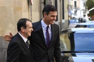 El presidente de la FEMP, Abel Caballero (izqda.), con el presidente del Gobierno en funciones, Pedro Sánchez, a la salida de un acto de la federación, en Madrid.