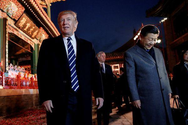 Los presidentes Trump y Xi salen de la ópera en Pekín.