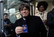 Puigdemont muestra una tarjeta de acceso en el Parlamento Europeo en Bruselas.